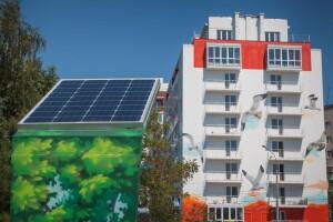 Скамейка с солнечной батареей уже два года заряжает гаджеты одесситов