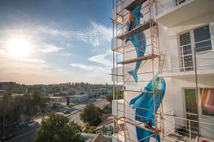 Дом на Сурикова украсил масштабный мурал